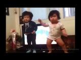 Корейские малыши танцуют! Очень смешно!