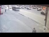 Porsche Cayenne таранит 6 авто и троллейбус.