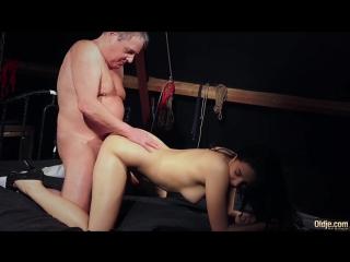Горячая брюнетка трахается со пожилым мужчиной