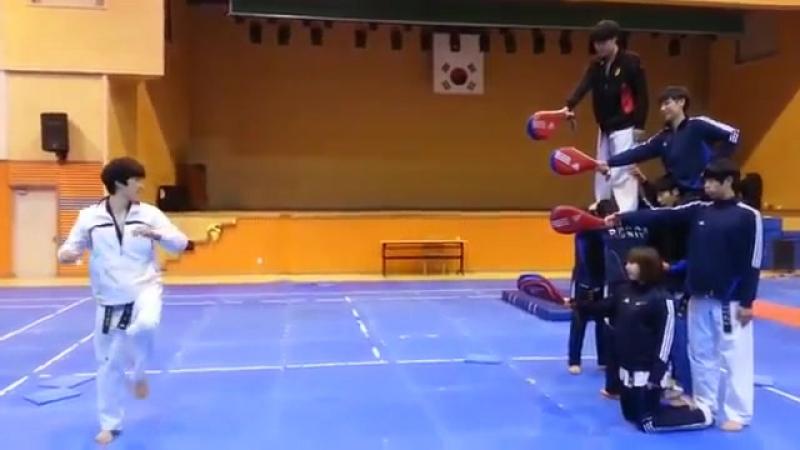 4 удара ногами в одном прыжке тхэквондо