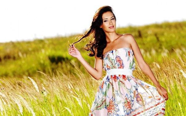 фото девушек в платьях летом