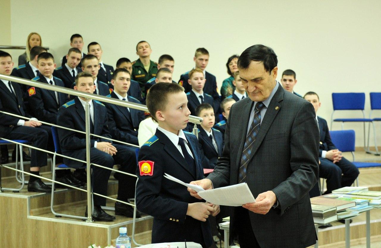 Юные курсанты демонстрируют вице-президенту РГО свои первые научные работы