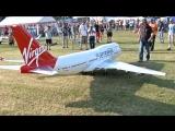 Огромная радиоуправляемая модель самолёта