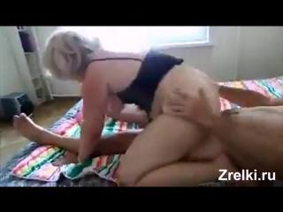 Сисястую зрелую соседку жестко трахают два парня mature busty neighbor mom was fucked by two young boys