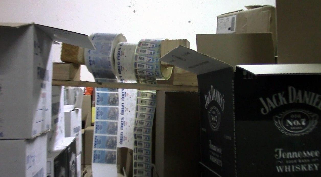 Таганрогские полицейские совместно коллегами из ПЭБиПК прикрыли нелегальный цех по производству алкоголя