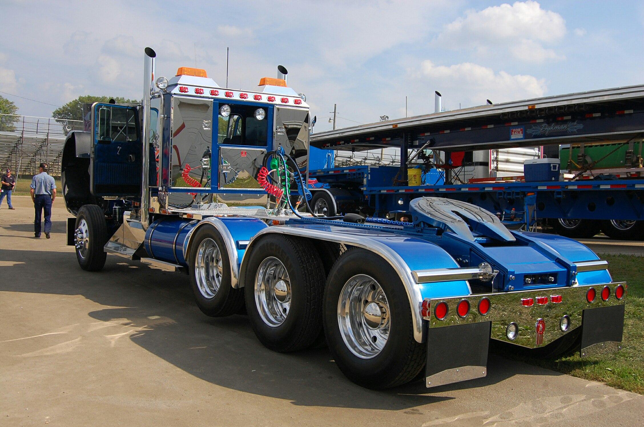 грузовик с 14 колесами