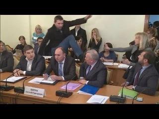 Майдановец ударил ногой в голову крупного чиновника МВД Украины