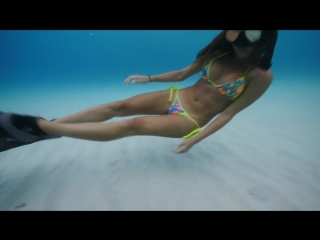 В бикини под водой - Bikini girl diving in paradise