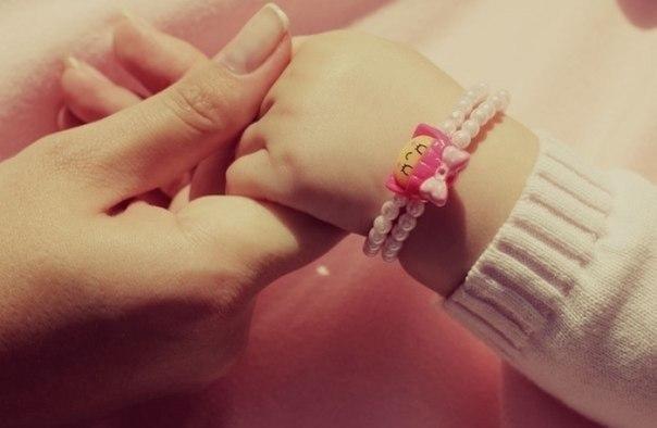 Розовые, детские ладошки, маленькие, влажные слегка....