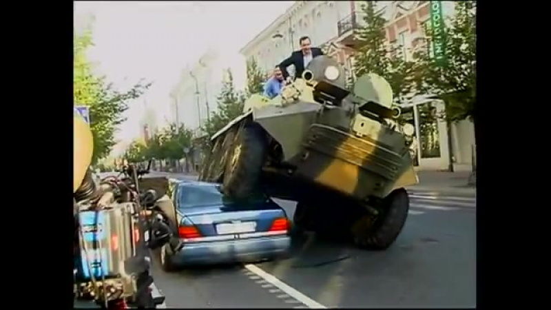 Мэр Вильнюса, Артурас Зуокас влез на БТР и проехал по Mercedes Benz S класса