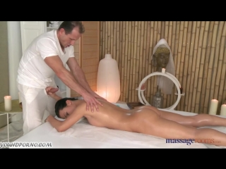 Массажист сделал брюнетке возбуждающий массаж hd !!!
