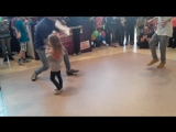 трёх летняя девочка танцует брек данс