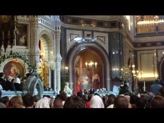 Патриарх Кирилл благословляет на Рожественской службе