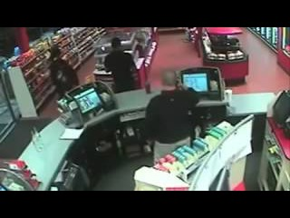 Тупая пьяная девушка писает в магазине