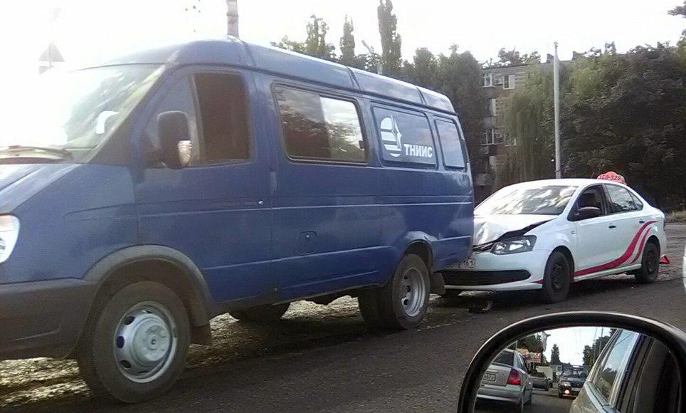 В Таганроге автомобиль такси «Престиж» протаранил «ГАЗель» ТНИИСа