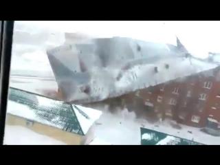 В Красноярском крае порывом ветра сорвало крышу пятиэтажки- видео
