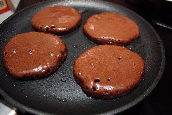 Шоколадные оладьи Ингредиенты: Кефир — 400 мл Мука — 300