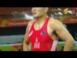 لقطة غريبة مدرب يقوم بخلع ملابسه فى الاولمبياد