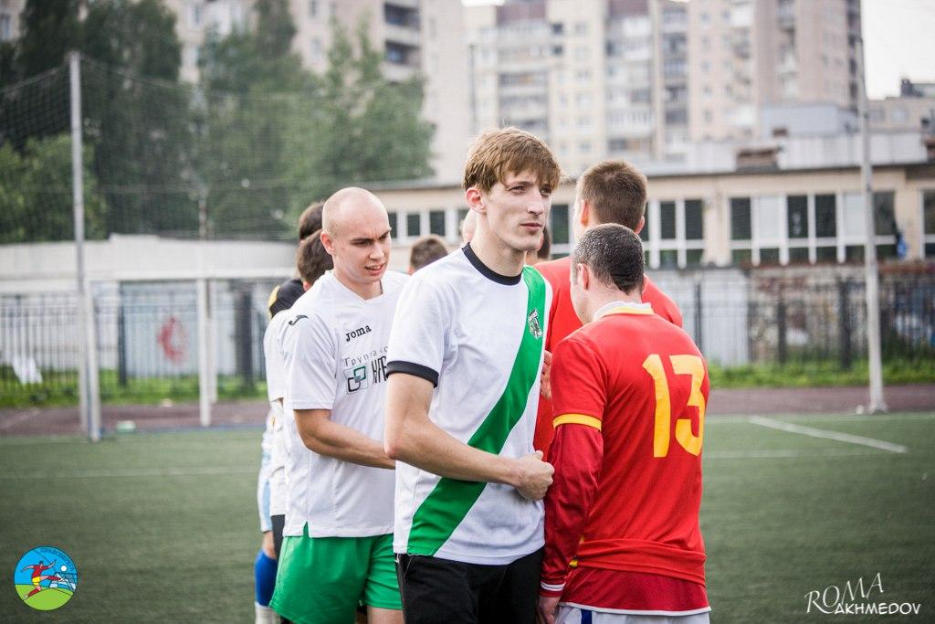 Егор Шмидт (на переднем плане) выводит сборную дивизиона братьев Ригачных на поединок против Премьер-лиги, турнир сборных 2016.