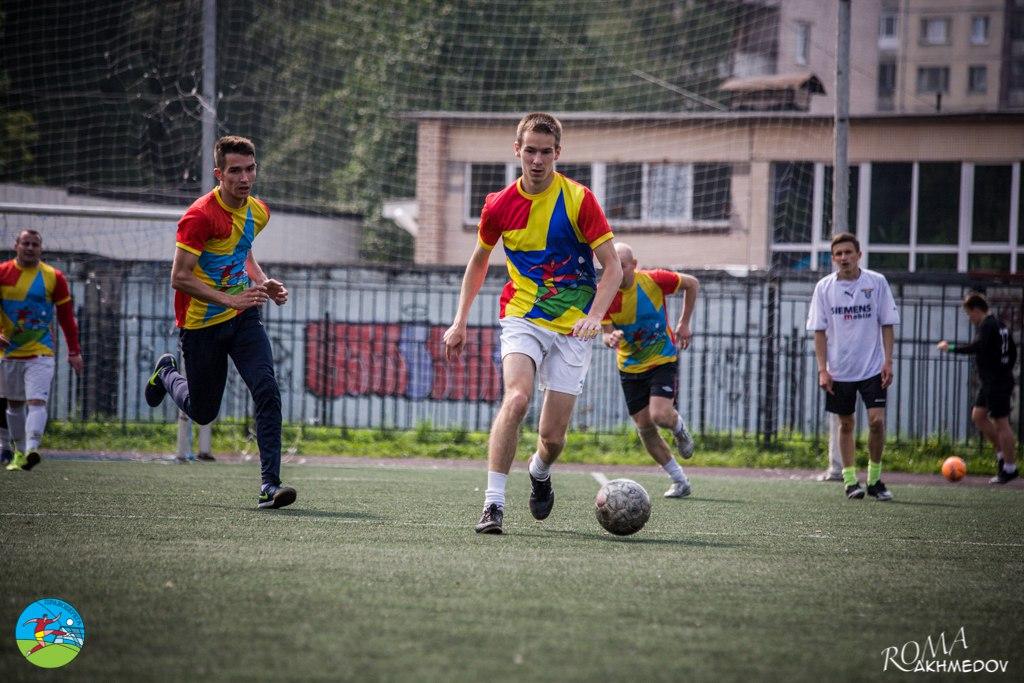 Владимир Зайцев (в центре внимания) и Фарух Исмаилов (чуть левее) атакуют ворота сборной дивизиона братьев Ригачных, All Stars Show 2016.
