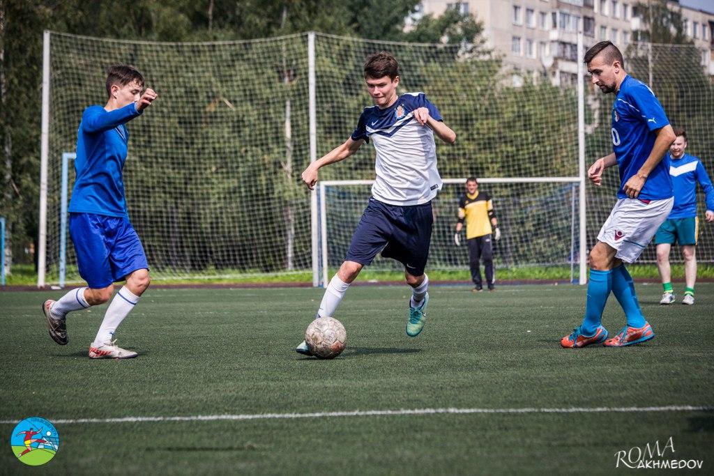 Станислав Ким и Андрей Ягудин (оба - в синем) остаются не у дел после парочки финтов в исполнении Никиты Глушкова, турнир сборных 2016.