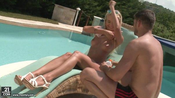 PixAndVideo – Aisha B – Sunscreen Massage
