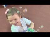 Микаэлла пускает мыльные пузыри Mikaella plays with a bubble gun