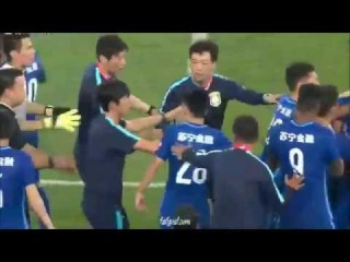 Ramires trying to attack the referee in the Chinese Super League