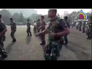 вот как прикольно военные танцуют.