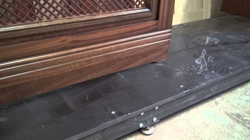Декаративный экран на отопительный радиатор в кабинет