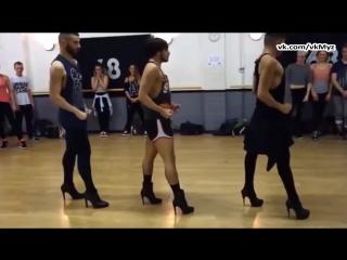 На лабутенах нах... Мужики классно танцуют под музыку Ленинград - Экспонат