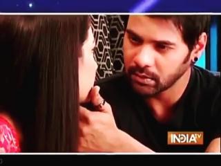 Нас ожидает небольшая романтика :) Pragya идет к Abhi и говорит ему о причастности Tanu в похищении Sarla Маа. Как и следовало о