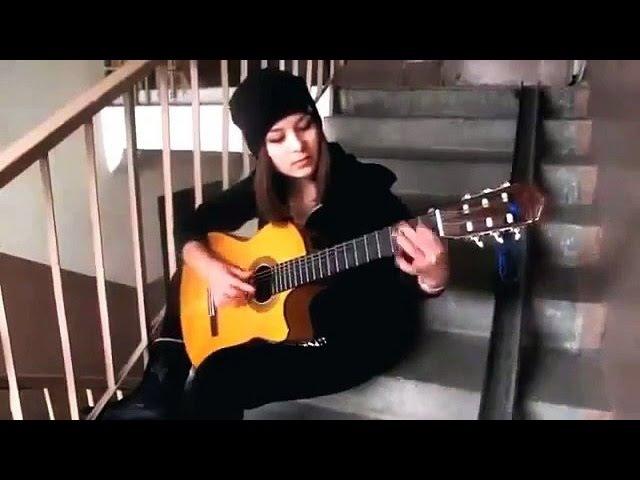 Красивая девушка играет на гитаре испанскую.Разбор ролика 2 часть