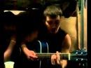 Дагестанец поет и играет на гитаре.
