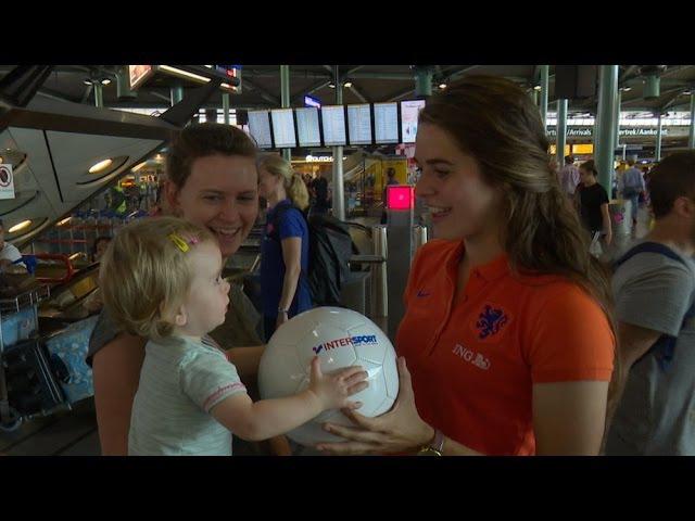 Ballen uitdelen op Schiphol met de OranjeLeeuwinnen