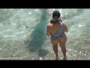 Женщина без трусов на нудистком пляже