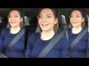 Девушка за рулем красиво поет песню о Родине