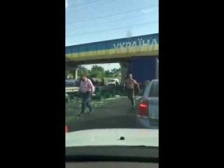В Стрию машина розпорола брезент, люди збігаються і крадуть пиво просто серед дороги