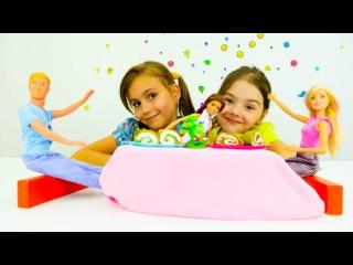 Мультики для девочек. Лепим роллы для куклы Барби из пластилина Плей До. Игры для детей