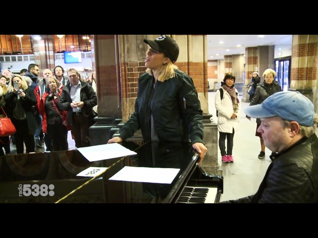 Glennis Grace zingt op Station Amsterdam Centraal