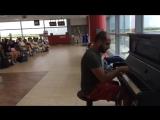 Пианист в аэропорту играет К Элизе 12 разными стилями