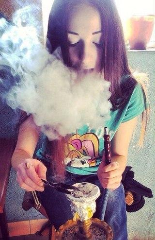 Фото на аву девушка курит кальян без лица 5