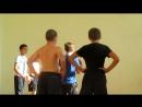 Jungs beim Basketball spielen