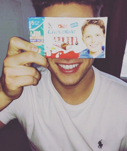 Мальчику с упаковки Kinder Chocolate уже 21 год. Он англичанин. Зовут его Джош Б...