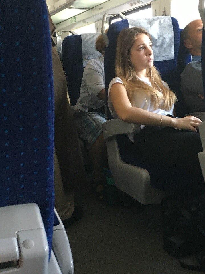Симпатичная блондинка в джинсовых шортиках