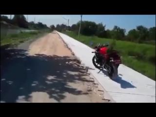 Парень бросает ботинок в обезьяну которая оккупировала его мотоцикл...
