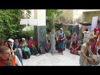 4.11.15 Божества Радха Мохана найденные Нароттамом дасом  в амбаре с змеями