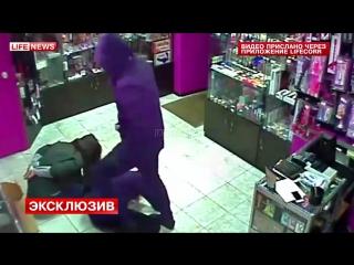 Грабитель за минуту изнасиловал продавщицу. Обмотал ей голову и уложил на пол