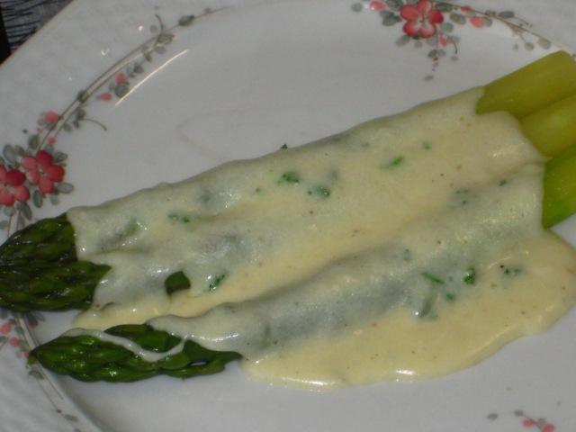 Зеленая спаржа с сырным соусом