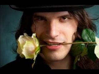 Эротическое фото с цветочком в зубах